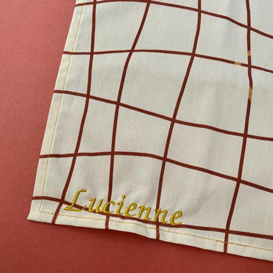 Prénom Lucienne brodés sur un mouchoir en tissu Bio